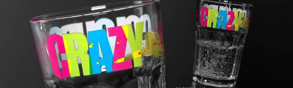 Glas mit farbigem Aufdruck